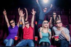 Les gens dans le cinéma portant les lunettes 3d Photo libre de droits