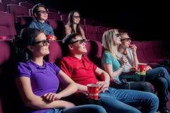 Les gens dans le cinéma portant les lunettes 3d Photographie stock