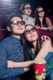 Les gens dans le cinéma portant les lunettes 3d Image libre de droits