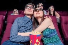 Les gens dans le cinéma portant les lunettes 3d Images stock
