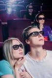 Les gens dans le cinéma portant les lunettes 3d Photographie stock libre de droits