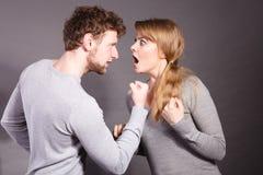 Les gens dans le combat Jeune argumentation de couples images stock