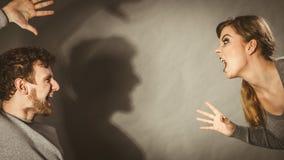 Les gens dans le combat Jeune argumentation de couples photographie stock libre de droits