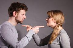 Les gens dans le combat Jeune argumentation de couples photographie stock