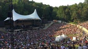 Les gens dans le concert de attente épuisé d'air de Berlin Waldbuehne Open banque de vidéos