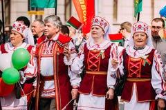 Les gens dans le costume folklorique biélorusse national Photographie stock libre de droits