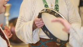 Les gens dans le costume national exécutent une danse ukrainienne clips vidéos
