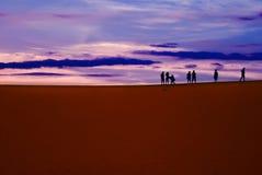 Les gens dans le désert photo stock