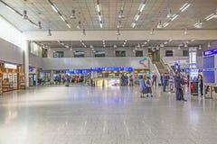 Les gens dans le hall de départ à l'aéroport international de Francfort Images stock