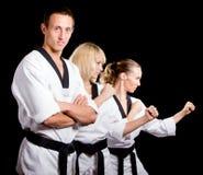 Les gens dans le kimono effectuent l'exercice d'arts martiaux Images libres de droits