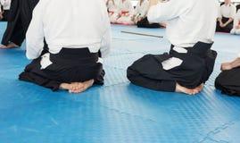Les gens dans le kimono sur le cours de formation d'arme d'arts martiaux Photos stock