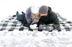 Les gens dans le mensonge d'amour sur la couverture de laine Photo libre de droits