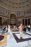 Les gens dans le Panthéon à Rome Image stock