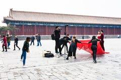 Les gens dans le photosession à la cour du temple Photo stock
