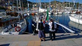 Les gens dans le rôle d'un pirate regardant des yachts image stock