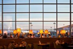 Les gens dans le restaurant à l'aéroport Images libres de droits