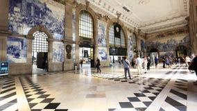 Les gens dans le sao Bento Railway Station à Porto, Portugal banque de vidéos