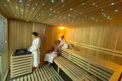 Les gens dans le sauna images stock