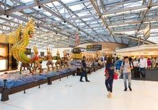 Les gens dans le secteur de départ de l'aéroport de Bangkok Image stock