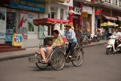 Les gens dans le secteur faisant un tour cyclo à Hanoï, Vietnam Images stock