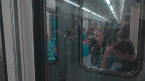 Les gens dans le souterrain, transport des passagers banque de vidéos