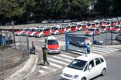 Les gens dans le stationnement de taxi sur l'aéroport de Congonhas Photo libre de droits