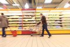 Les gens dans le supermarché images stock