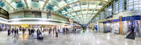 Les gens dans le terminal de l'aéroport de Marseille à Marseille Images libres de droits