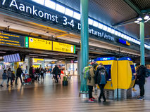 Les gens dans le terminal ferroviaire à l'aéroport de Schiphol Amsterdam, Hollan Photos stock