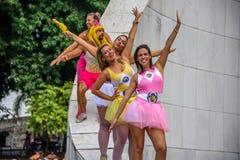 Les gens dans le tutu lumineux bordent la position chez le Getulio commémoratif Vargas, voisinage de Gloria chez Carnaval 2017 Image libre de droits