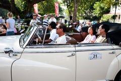 Les gens dans le véhicule sur le véhicule de cru défilent Photographie stock libre de droits