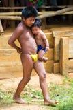 Les gens dans le VILLAGE d'EMBERA, PANAMA Photo libre de droits
