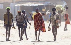 Les gens dans le village traditionnel de la tribu de Dassanech Omorato, Ethio image libre de droits