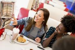 Les gens dans le wagon-restaurant Photos libres de droits