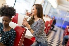 Les gens dans le wagon-restaurant Photographie stock libre de droits