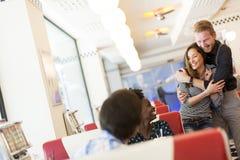 Les gens dans le wagon-restaurant Image stock