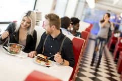 Les gens dans le wagon-restaurant Photo stock