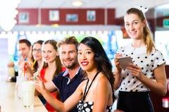 Les gens dans le wagon-restaurant américain ou le restaurant avec des laits de poule Photographie stock