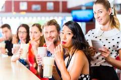 Les gens dans le wagon-restaurant américain ou le restaurant avec des laits de poule Photo libre de droits