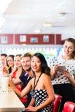 Les gens dans le wagon-restaurant américain ou le restaurant avec du lait s photos libres de droits
