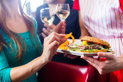 Les gens dans le wagon-restaurant américain ou le restaurant avec du vin Photos libres de droits