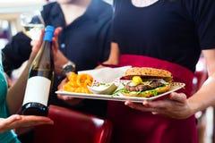 Les gens dans le wagon-restaurant américain ou le restaurant avec du vin Images libres de droits