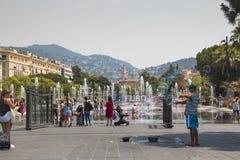 Les gens dans les fontaines sur la place principale à Nice, Frances Photographie stock