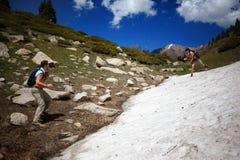 Les gens dans les montagnes d'été Photos stock