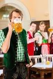 Les gens dans Tracht bavarois dans le restaurant Images libres de droits