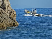 Les gens dans un bateau de canot Deux hommes en mer Photos libres de droits