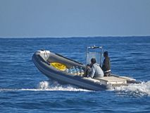 Les gens dans un bateau de canot Deux hommes en mer Photographie stock