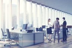 Les gens dans un bureau de l'espace ouvert, côté, modifié la tonalité Image libre de droits