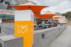 Les gens dans un café extérieur Photographie stock