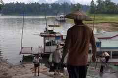 Les gens dans un dock avec des bateaux par Li River dans une zone rurale près de Yangshuo en Chine Photo stock